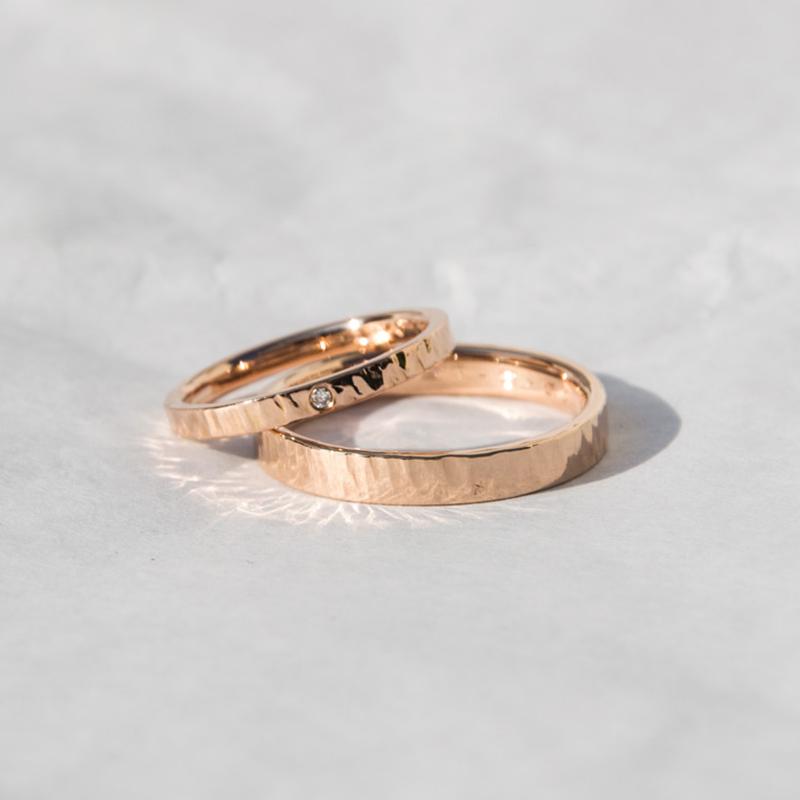 Alianzas de oro rosa con textura Martelle y brillante